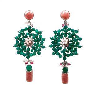 Orecchini lunghi in agata verde, pietra a lobo e barilotto in rodocrosite, fiore centrale in madreperla OR16719