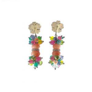 Orecchini corti con fiori ai lobi in madreperla, sfere corallo rosa e grappoli di pietre colorate OR7219