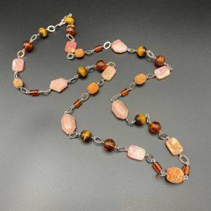 Collana lunga da donna in opale rosa, sfere occhio di tigre e ambra, barilotti corallo naturale, rondelle argento G18719