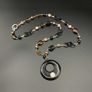 Collana lunga da donna con anelli in corno nero, sfere di quarzo e adularia, perle d'acqua dolce, sassi in diopside, pendente con cammeo di Torre del Greco e catenina in argento I14020
