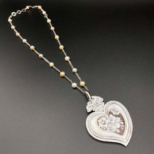 Collana girocollo da donna in argento e perle con pendente a cuore in cammeo I15220