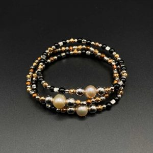 Tris di bracciali elastici da donna in ematite placcata oro e bronzo, perla, agata nera e argento