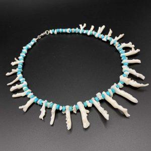 Collana girocollo da uomo in rami di corallo bianco e aulite azzurra - G2721
