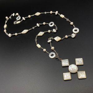 Collana lunga da donna con pendente a croce in madreperla e cristallo I3821