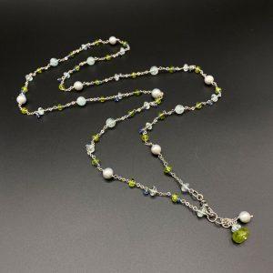 Collana lunga da donna in perle grigie, acquamarina, peridoto, cianite e argento G9821